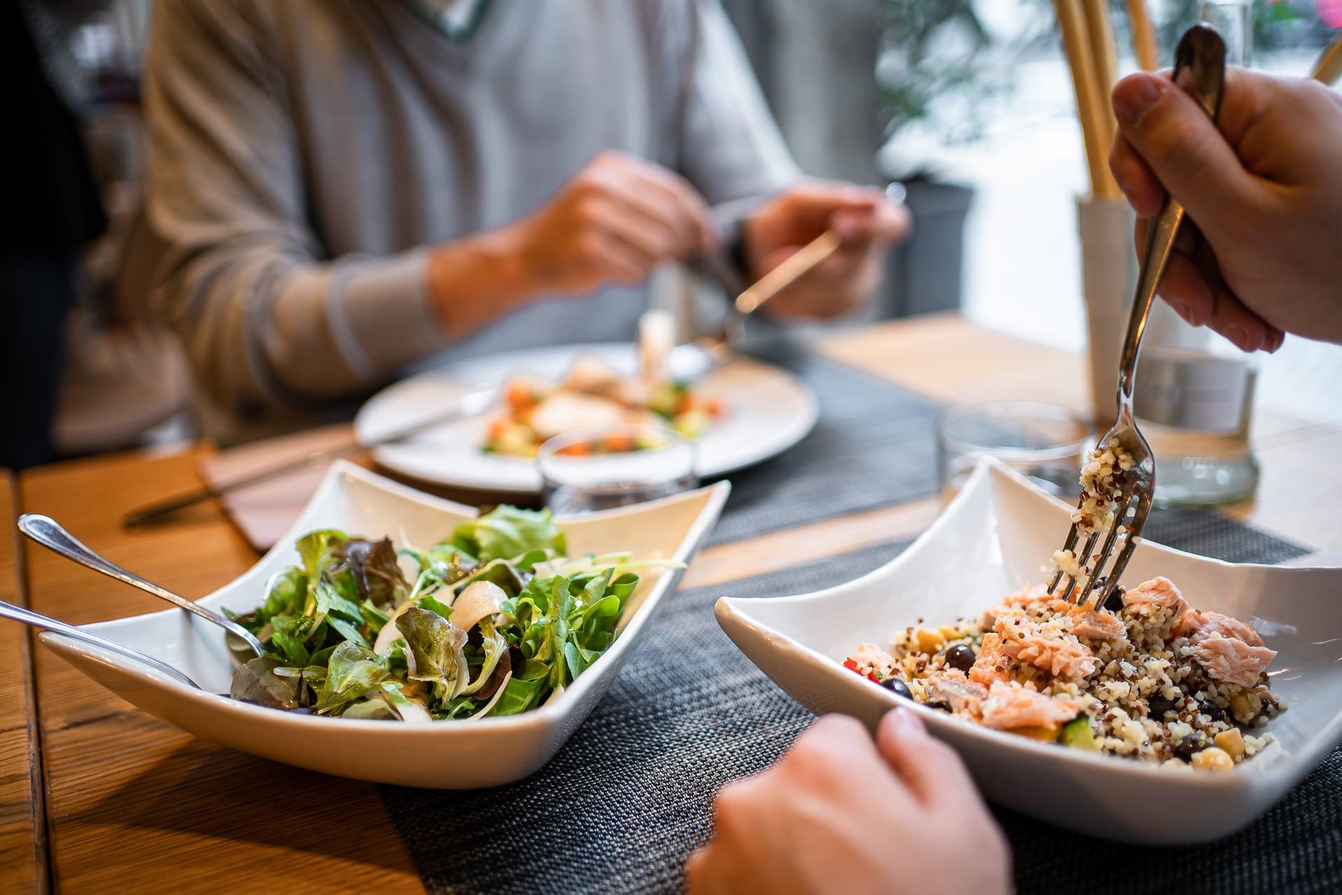 Persone che mangiano insalate miste per menù pranzo