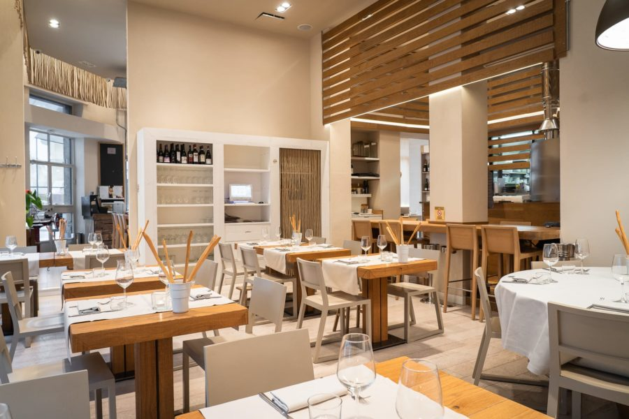 sala del ristorante angolo 16 con tavoli apparecchiati