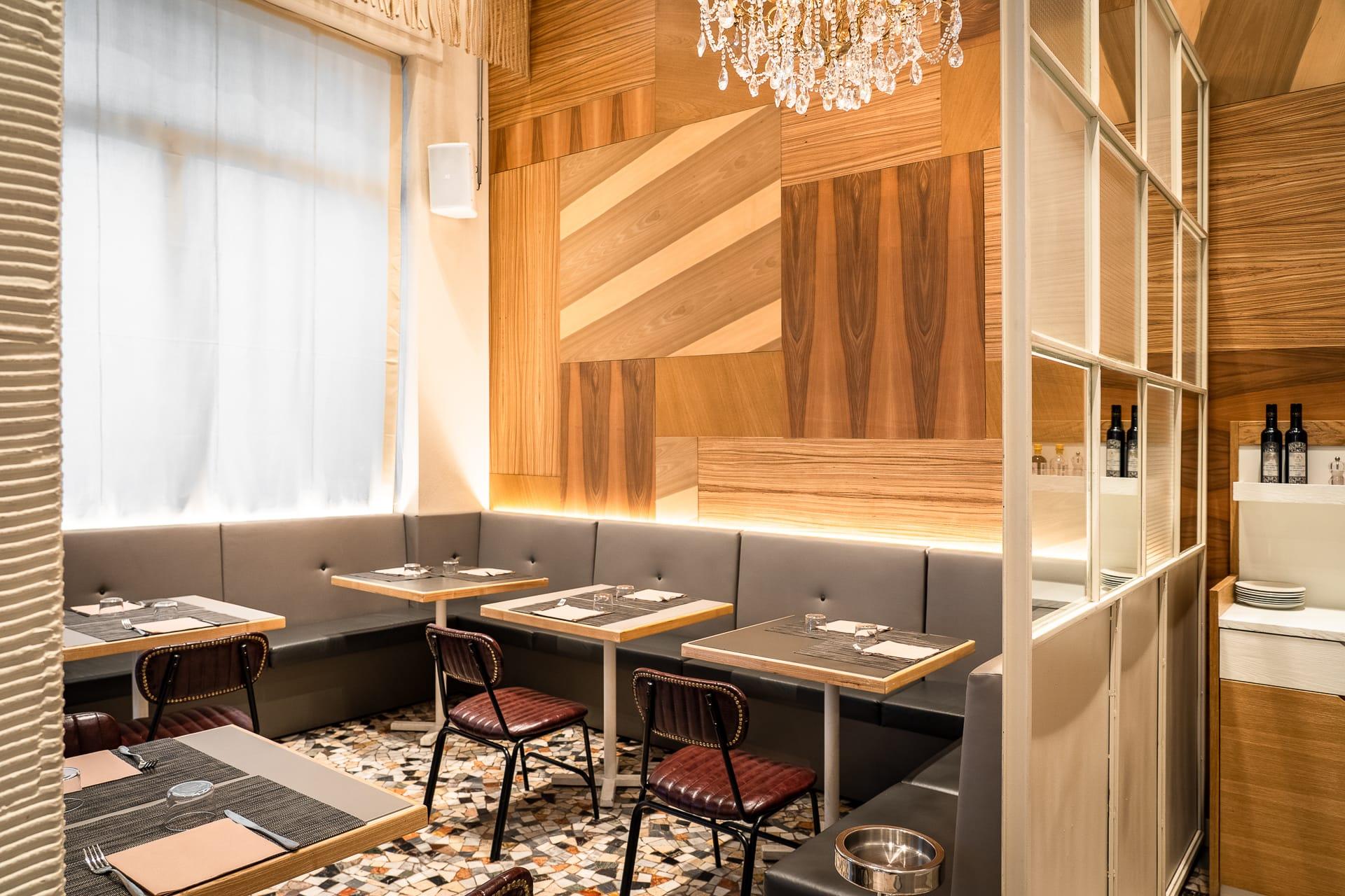 saletta ristorante angolo 16 con divani e piccoli tavoli apparecchiati